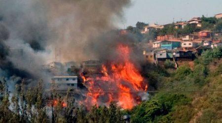 incendio-forestal-en-valparaiso-mas-de-30-casas-destruidas